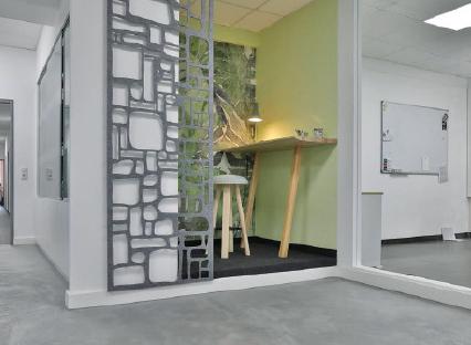 Perfekt für ein Kurzmeeting mit Kollegen: Hier wurde eine Nische sinnvoll genutzt. Foto: Matthias Schultze, www.mein-maler.de